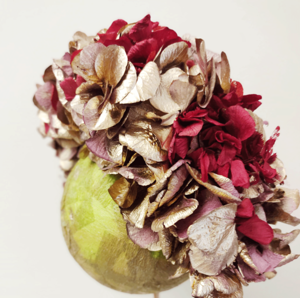 Corona de flores preservadas dorado y granate